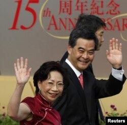 Pemimpin baru Hong Kong Leung Chun-ying dan istrinya Regina melambaikan tangan dalam upacara peringatan 15 tahun penyerahan wilayah Hong Kong dari Inggris ke Pemerintah Tiongkok, sesuai diambil sumpahnya oleh Presiden Hu Jintao (1/7).