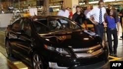 Обама осматривает новый автомобиль Chevy Volt во время посещения автозавода Дженерал Моторс в Мичигане. Июль 2010г.