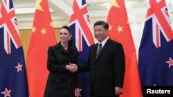 中國國家主席習近平2019年4月1日在北京人大會堂與到訪的新西蘭總理阿德恩握手。
