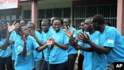 在世界艾滋病日,卢旺达青少年在首都集会,反对艾滋病扩散
