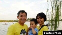 美籍華裔學者王夕越與妻子曲驊和孩子在北京北海公園合影。