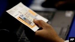 Una corte de primera instancia recibió instrucciones de crear la manera de que Texas incorpore a quienes no pueden mostrar una identificación.