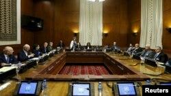 지난 1일 스위스 제네바 유엔 본부에서 시리아 반군 대표단이 스테판 데 미스투라 유엔 특사(오른쪽 두번째)와 회담하고 있다.