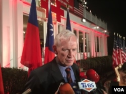 美国在台协会主席莫健2018年10月10日在台湾驻美代表处双橡园双十酒会中接受华文媒体采访(美国之音李逸华拍摄)
