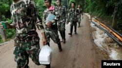 泰國救援人員為被困洞內的12名青少年足球隊員及其教練運送救援品。