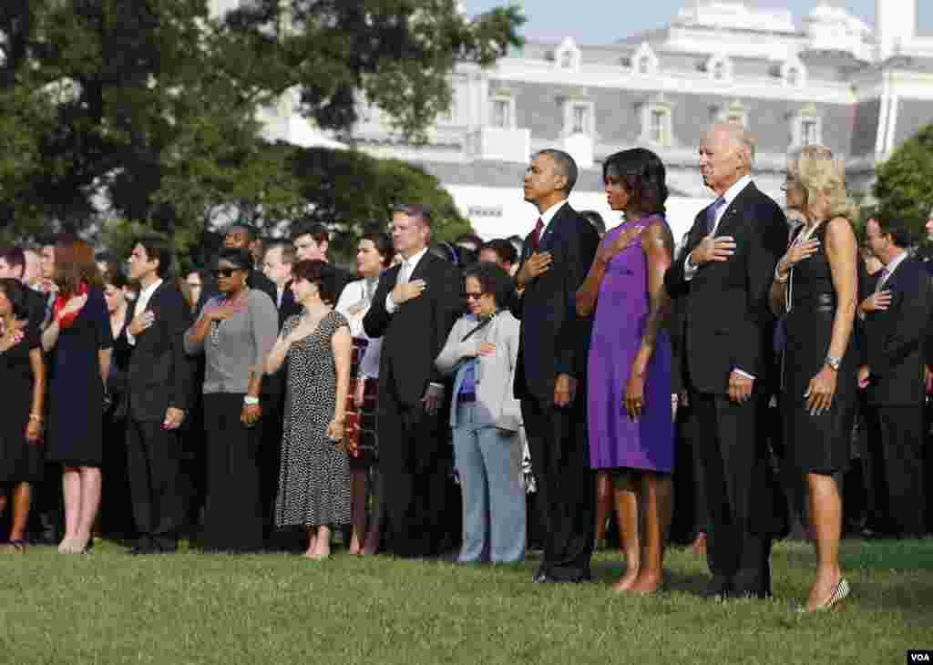 11일 미국의 국가 지도자들이 백악관에서 열린 9.11테러 추모 행사에 참석했다. 왼쪽부터 질 바이든 부통령 부인, 조 바이든 부통령, 미셜 오바마 영부인, 바락 오바마 미국 대통령.