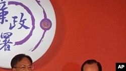 台灣廉政署首任署長周志榮(左)受命就職