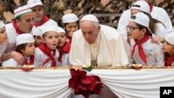 پاپ فرانسیس در حال فوت کردن شمع تولد ۸۱ سالگی خود.