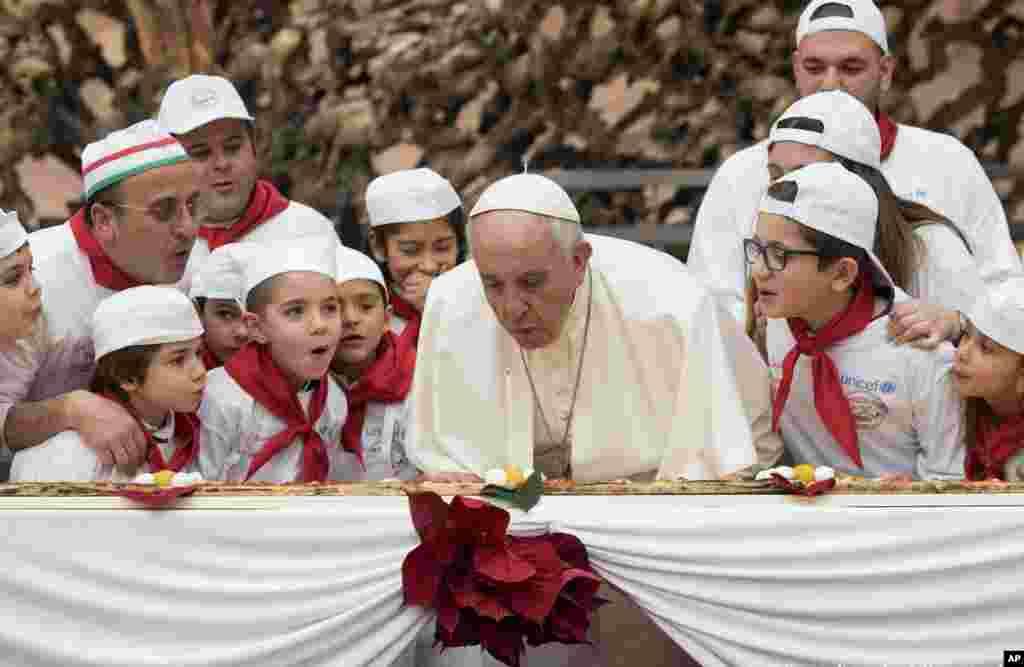 Pap Franswa kap soufle yon bouji nan okazyon 81èm anivèsè nesans li, yon seremoni ki te dewoule an prive nan prezan anpil timoun nan koulwa ki pote non Paul VI la nan lokal Vatikan an.