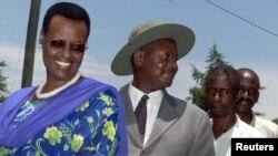 Le président ougandais Yoweri Musevni accompagné de sa femme Janet attendent sur une file dans leur région natale de Rwakitura près de la ville de Mbarara, lors de l'élection présidentielle, 12 mars 2001. GMM / FMS - RTRFIK2