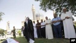People pray at funeral of Assad Abdul-Razaq at Um al-Qura mosque in Baghdad, Iraq, August 29, 2011