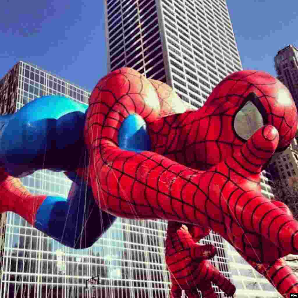 A Spider-man balloon in the Macy's Thanksgiving Day Parade in New York, Nov. 28, 2013. (Sandra Lemaire/VOA)