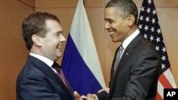 Russian President Dmitry Medvedev, left, meets with U.S. President Barack Obama on the sidelines of the APEC summit in Yokohama (file photo - 14 Nov 2010)
