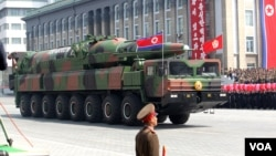 Korea Utara memamerkan misil barunya dalam parade peringatan hari lahir Kim Il Sung yang ke-100. (Foto: dok).