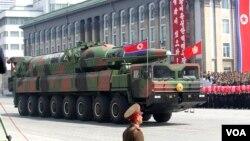 북한이 지난 4월 태양절 열병식에서 공개한 새 장거리탄도미사일. (자료 사진)