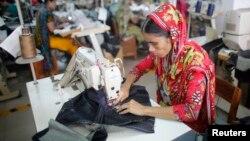 Một công nhân đang làm việc ở nhà máy may ở Savar, Bangladesh.