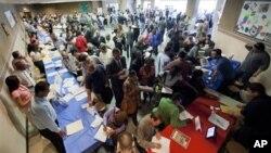 지난 5월 미국 로스앤젤러스의 취업박람회장을 찾은 구직자들. (자료 사진)