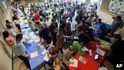 Những người tìm việc đến hội chợ việc làm ở Los Angeles