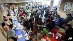 Pencari kerja AS menghadiri bursa karir di Los Angeles (foto: dok). Perusahaan-perusahaan banyak mengajukan permintaan visa kerja bagi warga asing berkemampuan khusus.