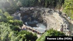 Empat ekskavator sedang melakukan penggalian di lokasi penambangan emas yang longsor pada Rabu, 24 Februari 2021. Longsor menewaskan enam orang, Kamis, 25 Februari 2021. (Foto: Yoanes Litha/VOA)