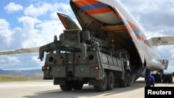 2019年7月12日俄罗斯S-400导弹防御系统第一部分从土耳其安卡拉附近的俄罗斯飞机上卸下。
