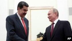 Tổng thống Venezuela Nicolas Maduro bắt tay với Tổng thống Nga Vladimir Putin tại Điện Kremlin hôm 25/9/2019.