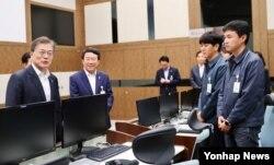 문재인 한국 대통령이 23일 충남 태안 국방과학연구소(ADD) 안흥시험장을 방문, 탄도미사일 '현무2' 발사가 성공한 후 직원들을 격려하고 있다.