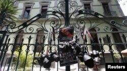 Periodistas cuelgan sus cámaras en las puertas de la casa de gobierno de Veracruz (México), protestando por la muerte de dos comunicadores. México se ha convertido en uno de los países más peligrosos del mundo para la prensa.