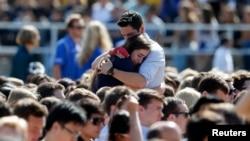 Des étudiants en choc, suite à la fusillade de Santa Barbara, en Californie