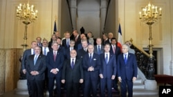 Primer ministro iraquí, Haider al-Abadi, tercero desde la izquierda, ministro de Relaciones Exteriores de Francia, Laurent Fabious, centro, y vice secretario de Estado de EE.UU. Antony Blinken, segundo desde la derecha, tras la reunión en París.