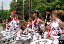 女子鼓手队参加小镇纪念日游行