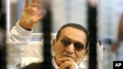 Mantan Presiden Mesir, Hosni Mubarak saat menghadiri sidang di Kairo, 13 April lalu (Foto: dok). Pengadilan banding Mesir menunda sidang kedua atas Mubarak, hingga 10 Juni mendatang.