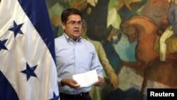 El presidente de Honduras, Juan Orlando Hernández, se dispone a dirigirse a la nación, el 18 de octubre de 2019, desde Tegucigalpa, después de que su hermano, Juan Antonio 'Tony' Hernández, fuera hallado culpable de tráfico de drogas en EE.UU.