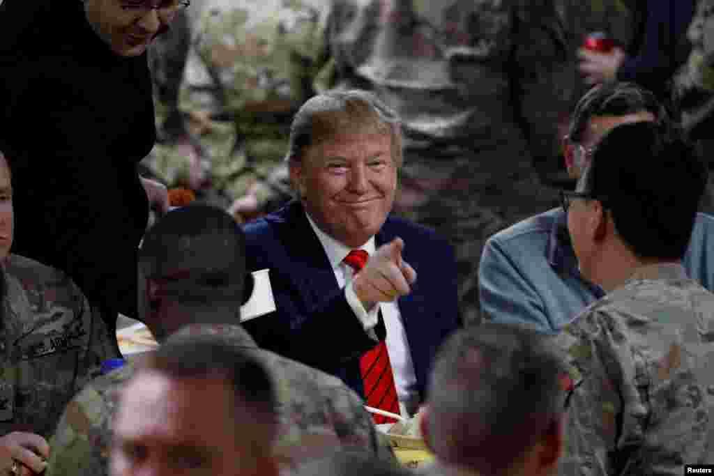 پرزیدنت ترامپ در غذاخوری پایگاه نظامی بگرام، با دیگر نیروهای نظامی آمریکایی حاضر شد