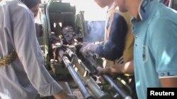 Para pemberontak Suriah mengoperasikan persenjataan yang berhasil mereka rampas dari tentara pemerintah (18/9).