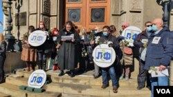 Sindikat lekara i farmaceuta održao je komemorativni skup svojim kolegama preminulim od koronavirusa, ispred Vlade Srbije, u Beogradu, 15. februara 2021. (Foto: Rade Ranković, VoA)