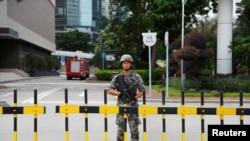 一名士兵守衛中國人民解放軍駐港部隊總部的大門。(2019年8月29日)