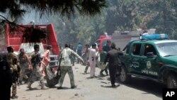 Afganos llevan a un hombre herido tras la explosión de un coche bomba suicida en la provincia de Helmand, al sur de Kabul, Afganistán, el jueves, 22 de junio de 2017.