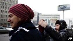 数千莫斯科居民2月26日手牵着手形成环绕克里姆林宫的一条长16公里的人链
