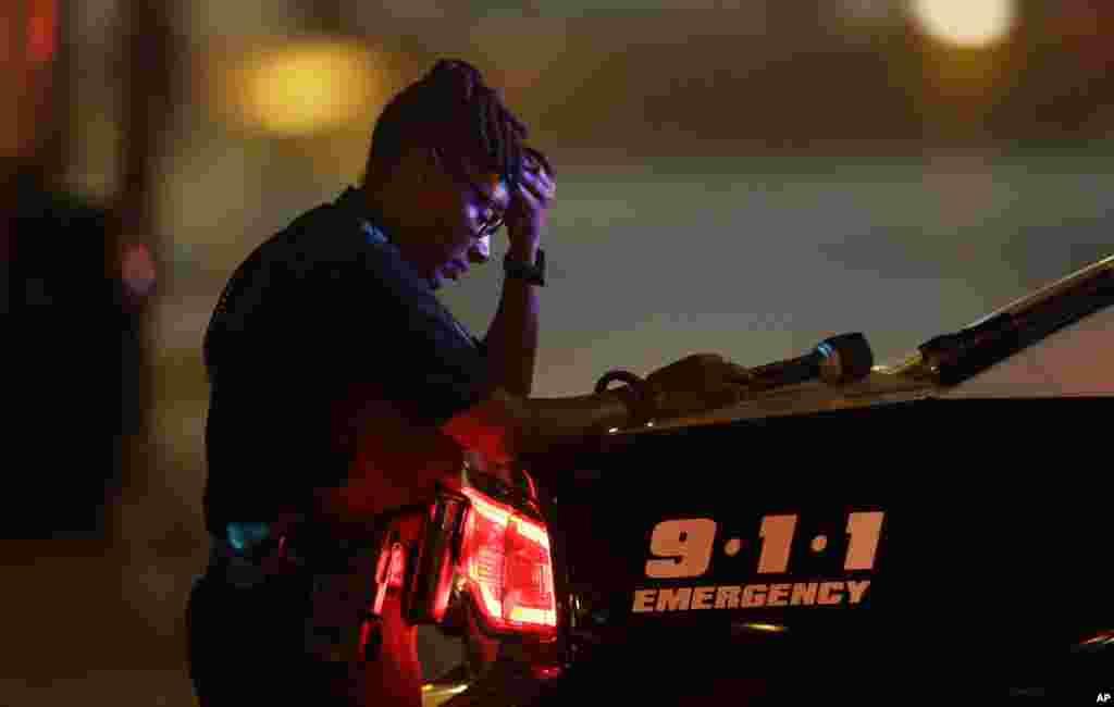 Dallasda polis zabiti qətliamdan bir gün sonra yol kəsişməsində patrul çəkərkən bir anlığa düşüncəyə dalır. Dallas, 8 iyul, 2016.