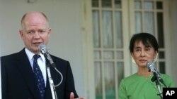 ລັດຖະມົນຕີກະຊວງການຕ່າງປະເທດອັງກິດ, ທ່ານ William Hague ກ່າວຕໍ່ຜູ້ສື່ຂ່າວ ພາຍຫລັງພົບປະກັບ ຜູ້ນໍາດ້ານປະຊາທິປະໄຕ ທ່ານນາງ ອອງຊານ ຊູຈີ ທີ່ບ້ານຂອງທ່ານນາງໃນນະຄອນຢ່າງກຸ້ງ ໃນວັນທີ 6 ມັງກອນ, 2012