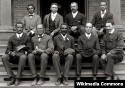 터스키기 대학 재직 시절 농업경제학자 조지워싱턴 카버가 동료 교수들과 함께 찍은 사진.