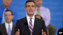 Si bien Garcetti, un liberal, ha denunciado las políticas antinmigrantes del presidente Donald Trump, enfrenta duras críticas por no declarar a Los Angeles ciudad santuario para los inmigrantes indocumentados.