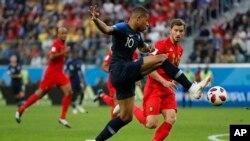 Kylian Mbappe frappe lors de la demi-finale entre la France et la Belgique lors de la Coupe du Monde à Saint-Pétersbourg, Russie, le 10 juillet 2018.