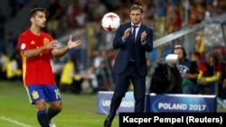 Championnat de l'UEFA Euro U21 au Stade Cracovia à Cracovie, Pologne le 30 juin 2017. L'entraîneur de l'Allemagne, Stefan Kuntz, observe l'Espagnol Jonny attraper le ballon.