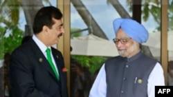 Thủ tướng Pakistan Yusuf Raza Gilani (trái) và Thủ tướng Ấn Độ Manmohan Singh tại Hội nghị thượng đỉnh SAARC ở Addu, 10/11/2011
