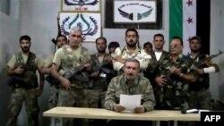 Chỉ huy Quân đội Giải phóng Syria Riyadh al-Asaad (giữa) đọc tuyên bố từ một địa điểm bí mật ở Syria, ngày 22/9/2012.