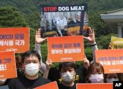Aktivis hak-hak hewan Korea Selatan berunjuk rasa menentang budaya Korea Selatan memakan daging anjing di dekat Gedung Biru Kepresidenan Korea Selatan di Seoul, Kamis, 16 Juli 2020.