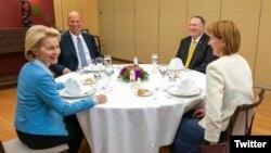 مایک پمپئو و در مقابل او در آنسوی میز، اورسولا فن در لاین رئیس منتخب کمیسیون اروپا