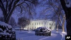 2019年1月13日一場大雪中的白宮夜景(美聯社)